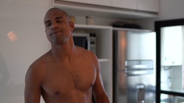 rolig afro latin människa dansa i köket hemma - endast en man i 30 årsåldern bildbanksvideor och videomaterial från bakom kulisserna