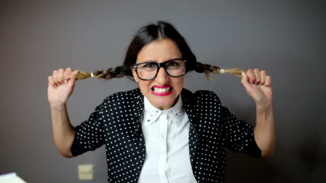 vídeos de stock e filmes b-roll de funny angry woman pulling hair - puxar cabelos