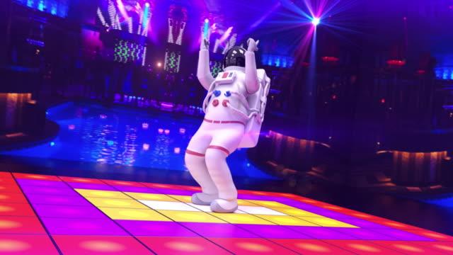 lustige astronaut tanzen auf einer disco-bühne - kamera bewegt - raumanzug stock-videos und b-roll-filmmaterial