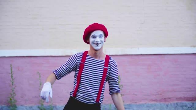 stockvideo's en b-roll-footage met grappige komische mimespelers toon prestaties op straat - vetschmink