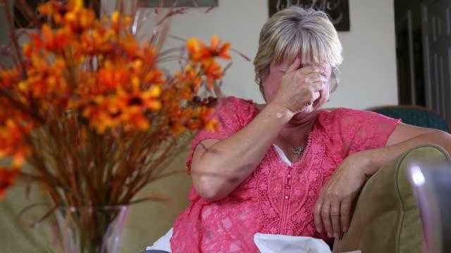 滑稽的概念-白種女人笑在鏡頭和哭的笑聲 - 歡樂 個影片檔及 b 捲影像