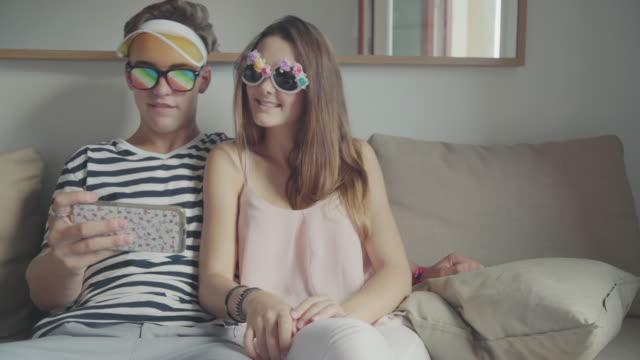 Lustige paar Musik hören und tanzen auf dem sofa – Video