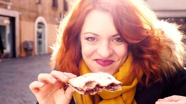vidéos et rushes de drôle mignonne jeune femme manger pizza chocolat-plein air - tentation