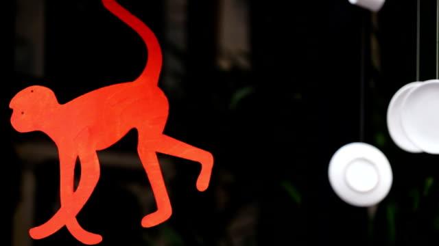 面白い装飾のファイヤーレッドウッドの猿は、十二宮記号の新しい年 2016 年には、地元のカフェ - ソーサー点の映像素材/bロール