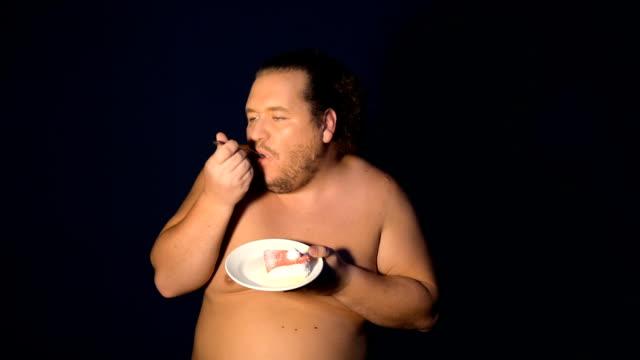 面白いデブ男とケーキ。 - グリーティングカード点の映像素材/bロール