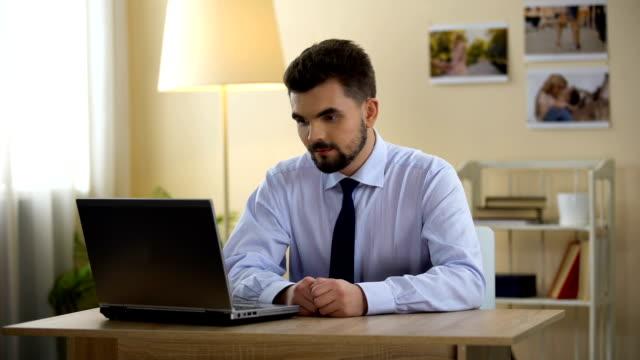 vidéos et rushes de portable fermeture pigiste drôle après le travail, réunion, fixation des sous-vêtements, interview - homme slip