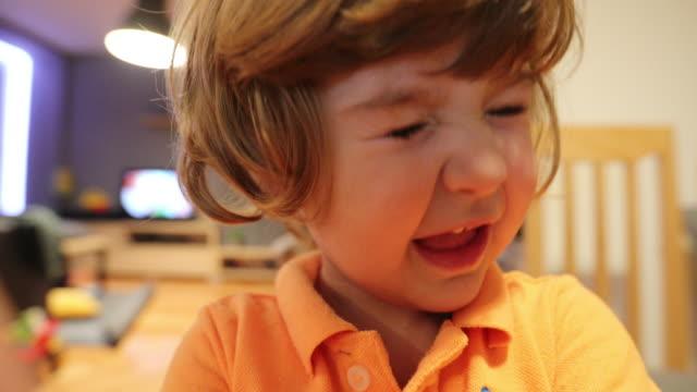 stockvideo's en b-roll-footage met grappig meisje - tong mond