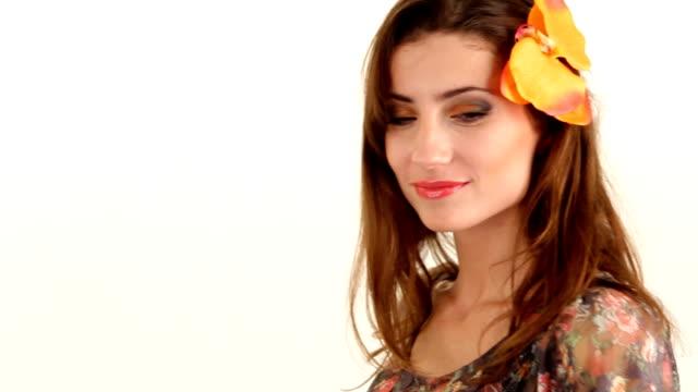 забавная девочка с выразительным глаза. - аксессуар для волос стоковые видео и кадры b-roll