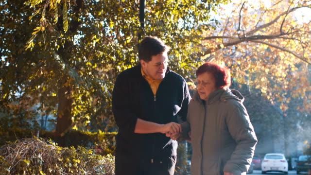vídeos y material grabado en eventos de stock de abuela graciosa broma su nieto - support