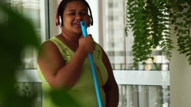 춤과 빗자루와 재미 재미의 정부 - black friday 스톡 비디오 및 b-롤 화면