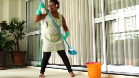 vídeos y material grabado en eventos de stock de ama de casa divertida bailando y divirtiéndose con la escoba - bailar