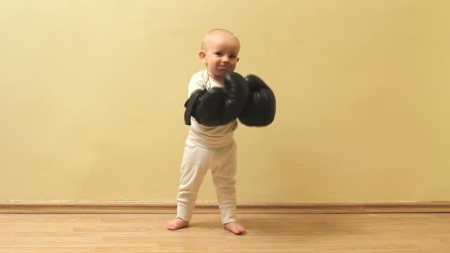 komik küçük bebek kutusu eldivenleriyle tehdit - nükteli stok videoları ve detay görüntü çekimi