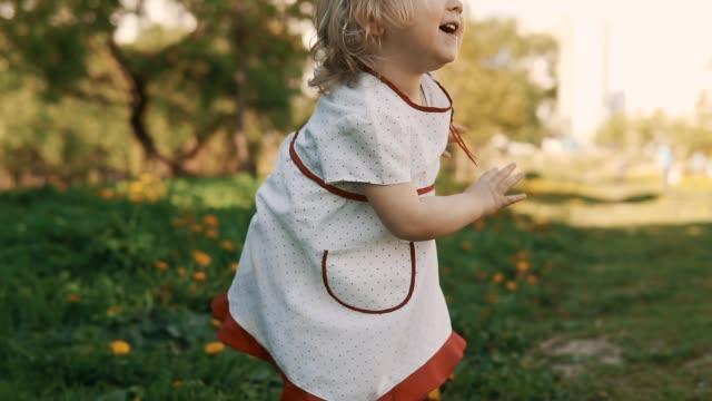stockvideo's en b-roll-footage met grappige meisje moeder weglopen. moeder en dochter in jurk met plezier - background baby