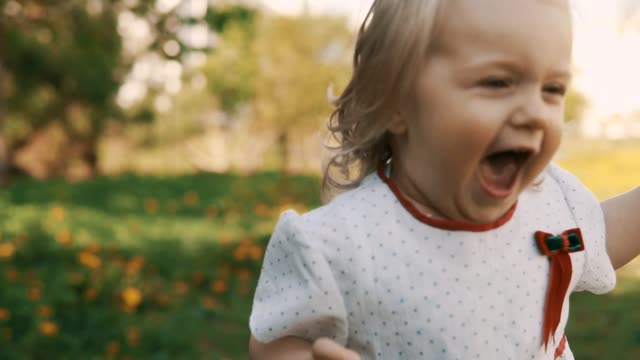vídeos y material grabado en eventos de stock de divertida niña huyendo de mamá. madre e hija en el vestido que se divierten - niñas bebés