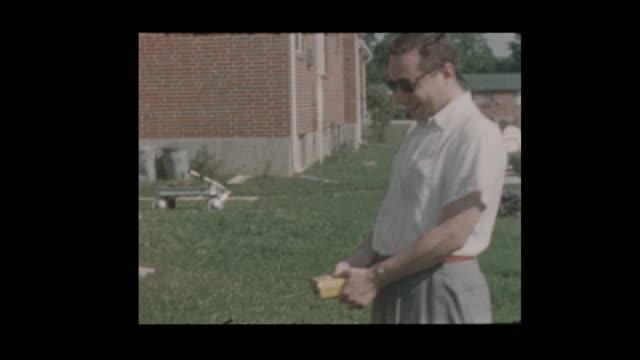 vídeos de stock, filmes e b-roll de homem engraçado de 1956 grelhar hambúrgueres smokey bbq - cachorro quente