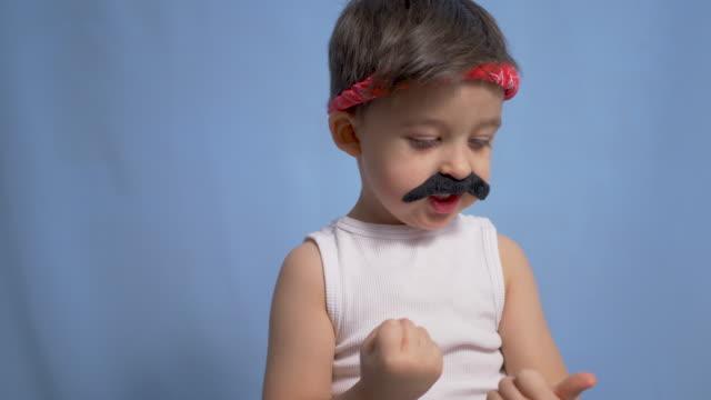 garçon mexicain drôle avec une grande moustache noire et un t-shirt blanc - Vidéo