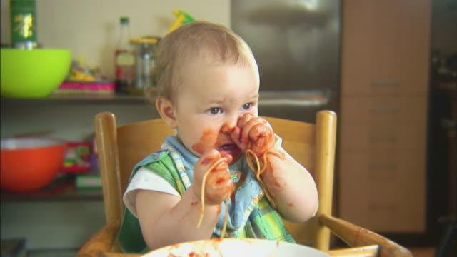 Lustige Szene mit spaghetti & baby. Forks sind nützlich. HD – Video