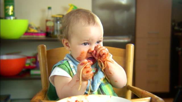 Lustige Szene mit spaghetti & baby. Forks sind nützlich. PAL – Video