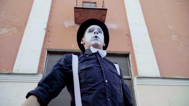 stockvideo's en b-roll-footage met grappige palen en mime doen prestaties op de straat - vetschmink