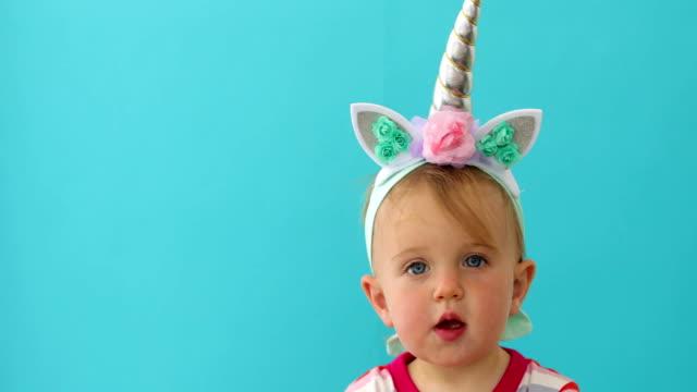 vídeos y material grabado en eventos de stock de niña unicornio divertido sobre fondo azul - unicornio