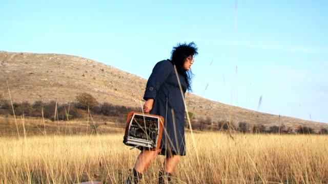 面白い女性のブラック、タイプライターで自然をとる - こっそり点の映像素材/bロール