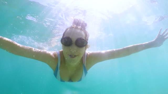 rolig kvinna simning under havet - endast unga kvinnor bildbanksvideor och videomaterial från bakom kulisserna