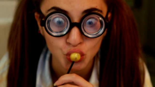 自宅で仕事面白いの若い女性 ビデオ