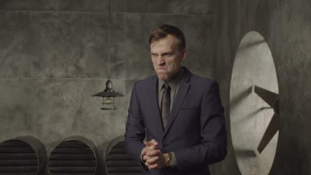 공격적으로 보이는 분노 한 비즈니스 사람 - 불길한 스톡 비디오 및 b-롤 화면