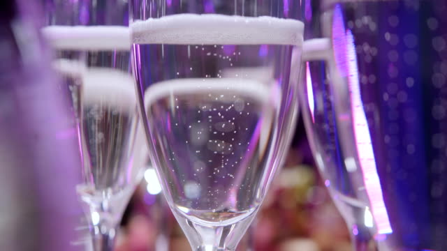 furshet. tabelle oben voller gläser sekt mit kanapees und antipasti im hintergrund. champagne bubbles - champagner toasts stock-videos und b-roll-filmmaterial