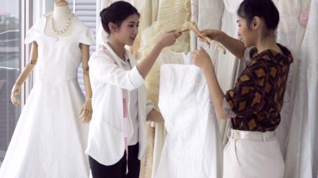 結婚式の店主と話す将来の花嫁の顧客 - 美容院点の映像素材/bロール