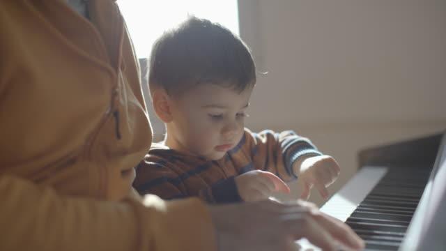 future little pianist - neonati maschi video stock e b–roll