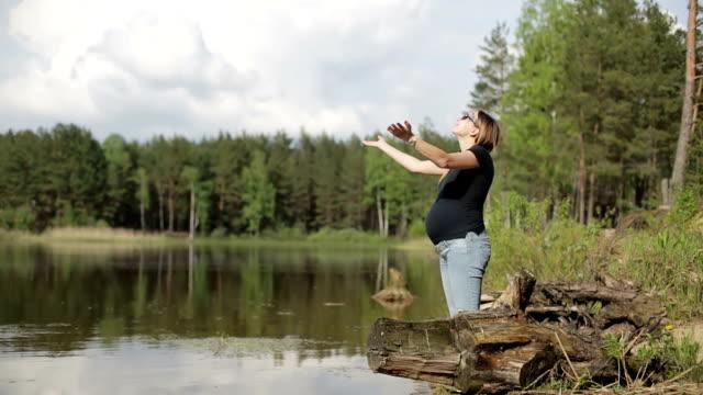 将来の母は湖で休憩します。 - スポーツ用品点の映像素材/bロール