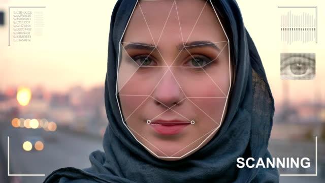 未來主義和技術掃描一個美麗的女人在頭巾的臉的面部識別和掃描的人 - 人造的 個影片檔及 b 捲影像