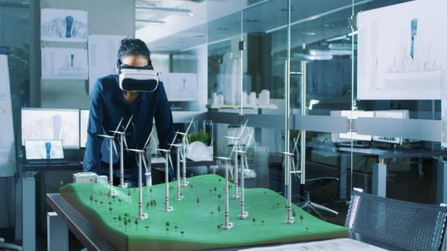 Futuristische Ingenieurin mit Virtual-Reality-Umgebung für das Entwerfen und Testen von Windkraftanlagen in 3D. Erneuerbare Energie-Konzept. – Video