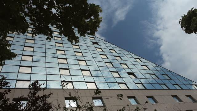 futuristische office building - establishing shot stock-videos und b-roll-filmmaterial