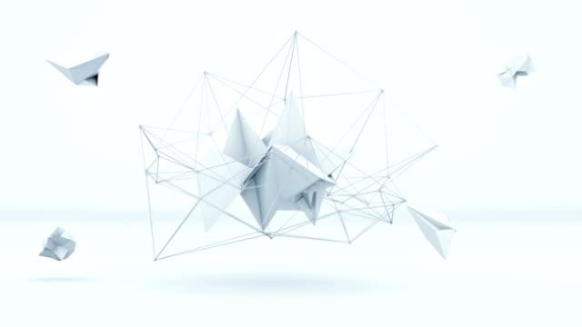 stockvideo's en b-roll-footage met futuristische veelhoekige 3d vorm in witte studio. loop - low poly modelleren