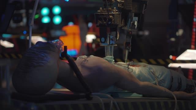 vídeos y material grabado en eventos de stock de equipo de robótica futurista está realizando la disección anatómica del cuerpo ajeno - autopsia