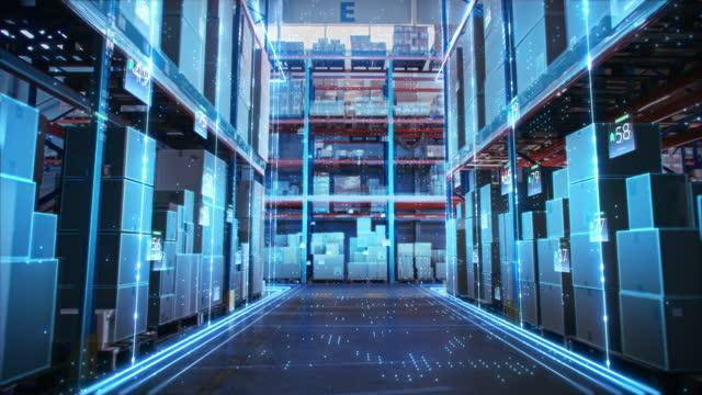 vídeos de stock, filmes e b-roll de armazém de varejo de tecnologia futurista: digitalização e visualização da indústria 4.0 processo que analisa bens, caixas de papelão, infográficos de entrega de produtos em logística, centro de distribuição - mercadoria