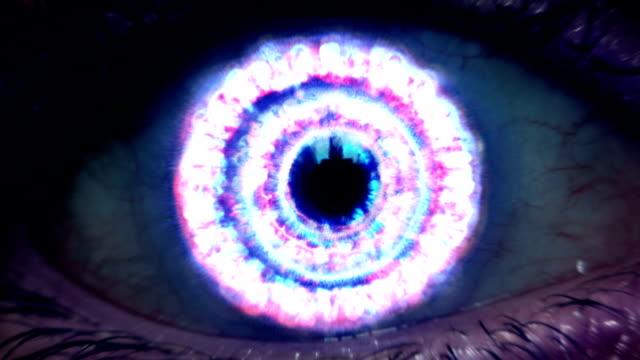 vídeos de stock e filmes b-roll de futurista zoom para olho - astrologia
