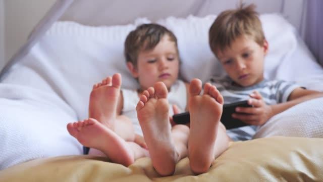 gadgets and children. - dito del piede video stock e b–roll
