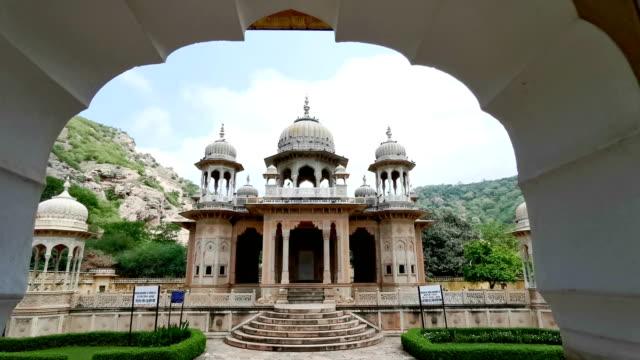 vídeos de stock, filmes e b-roll de gaitore ki chhatriyan em jaipur, india - templo