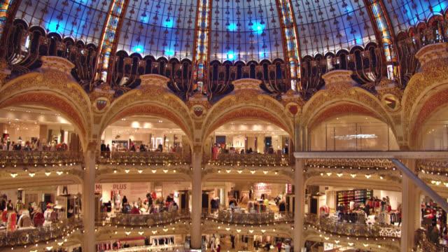 vidéos et rushes de galeries lafayette. centre commercial - mode paris