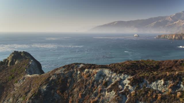 vídeos de stock e filmes b-roll de gamboa point, big sur - drone shot - montanha costeira