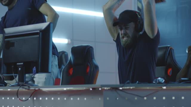 gamer destroying keyboard after losing match - гнев стоковые видео и кадры b-roll