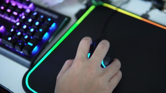 gamer hand spielen computerspiele auf mäuse. - mouse pad stock-videos und b-roll-filmmaterial
