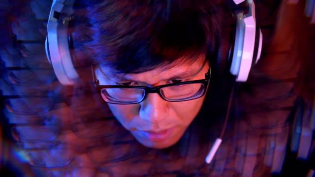 spieler in schwierigkeiten während des spielens in pc-video-spiel auf ein esport-turnier in internet cafe - computerspieler stock-videos und b-roll-filmmaterial