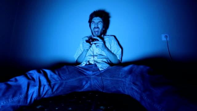 vídeos de stock e filmes b-roll de jogador de videojogo caixa-de-óculos jogar jogos de vídeo na tv - man joystick