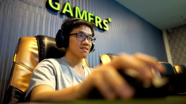 vídeos de stock e filmes b-roll de jogador de videojogo - vício