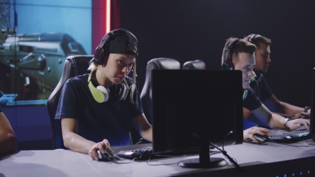 vídeos de stock e filmes b-roll de gaming team winning match at tournament - campeonato