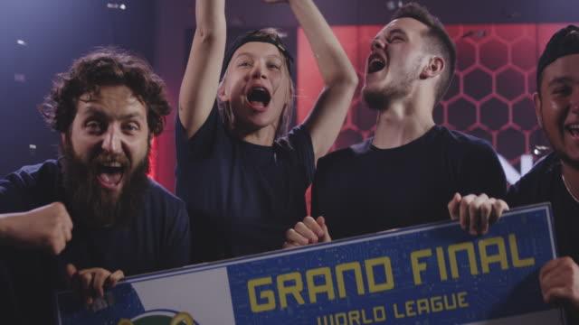 gaming tournament team celebrating their victory - współzawodnictwo wydarzenia filmów i materiałów b-roll